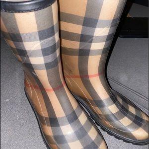Burberry mid calf rain boots ☔️